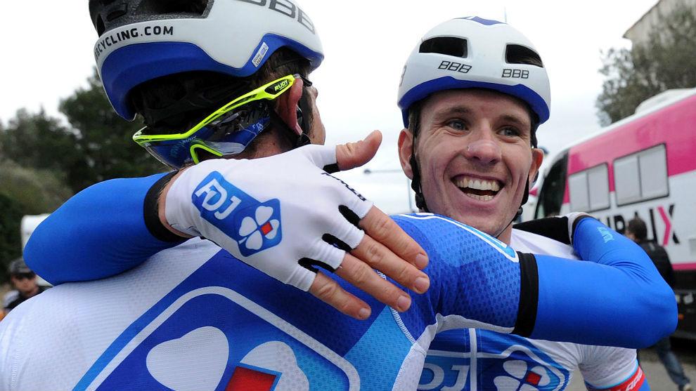 Arnaud Demare, a la derecha, felicitado por Olivier le Lac.