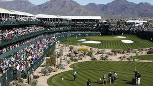 Imagen panorámica del famoso hoyo 16 del TPC Scottsdale, sede del...