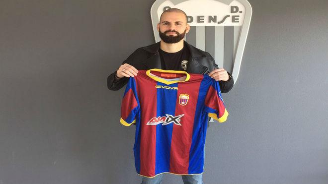 Hans Mulder posando con la camiseta del Club Deportivo Eldense