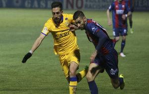 Álvaro Vadillo (22) pugna por un balón con Toribio (28) en el...