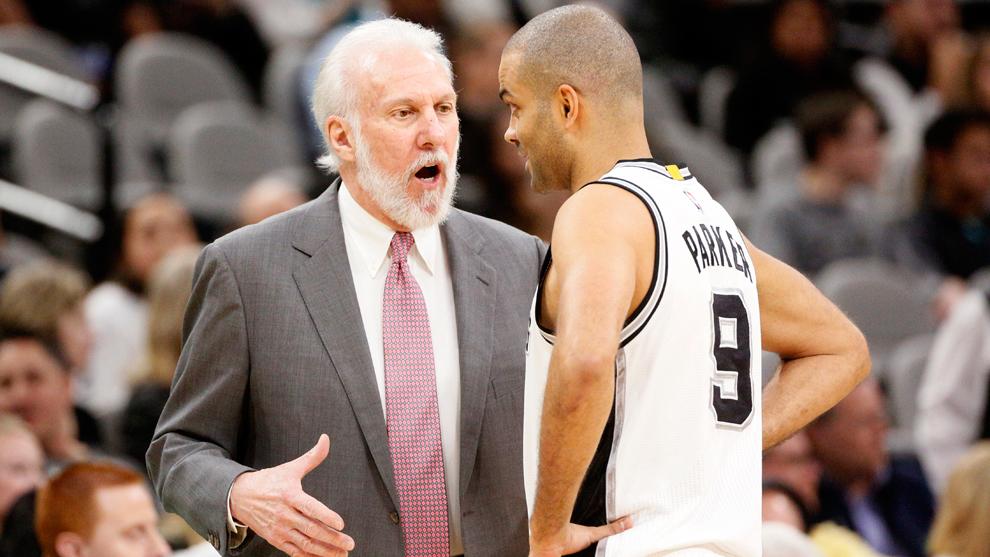 Gregg Popovich dando instrucciones a Tony Parker durante el triunfo de...