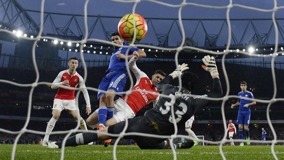 El Chelsea anotando un tanto ante el Arsenal.
