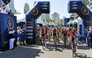 Los ciclistas, en la salida de la primera etapa.