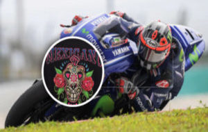 Vi�ales pilota su Yamaha en Sepang con el logo de Salom en el mono.