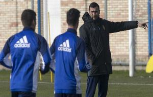 Raúl Agné da instrucciones a sus jugadores.