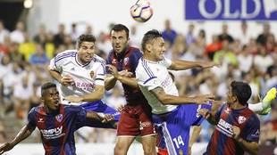 Balón aéreo en el derbi aragonés de la primera vuelta disputado en...