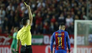 Neymar ve una tarjeta ante el Sevilla.