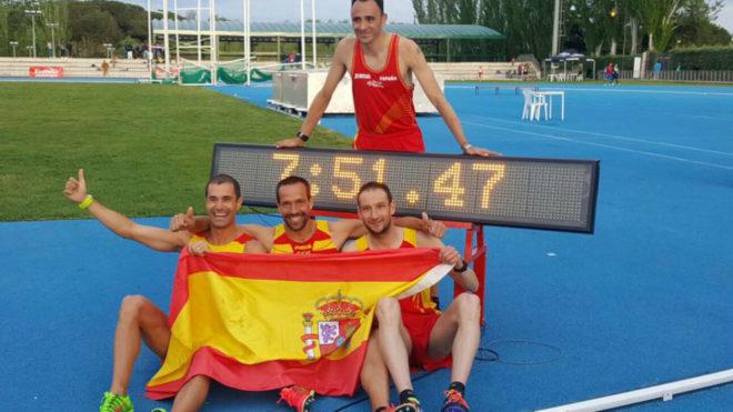 Los cuatro atletas cuando batieron el récord al aire libre.