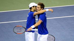Pierre-Hugues Herbert y Nicolas Mahut se abrazan tras ganar a Yuichi...