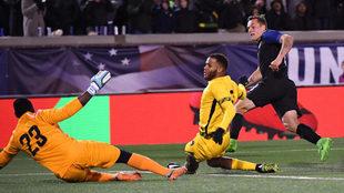 Morris supera al guardameta jamaicano Thompson para lograr el 1-0.
