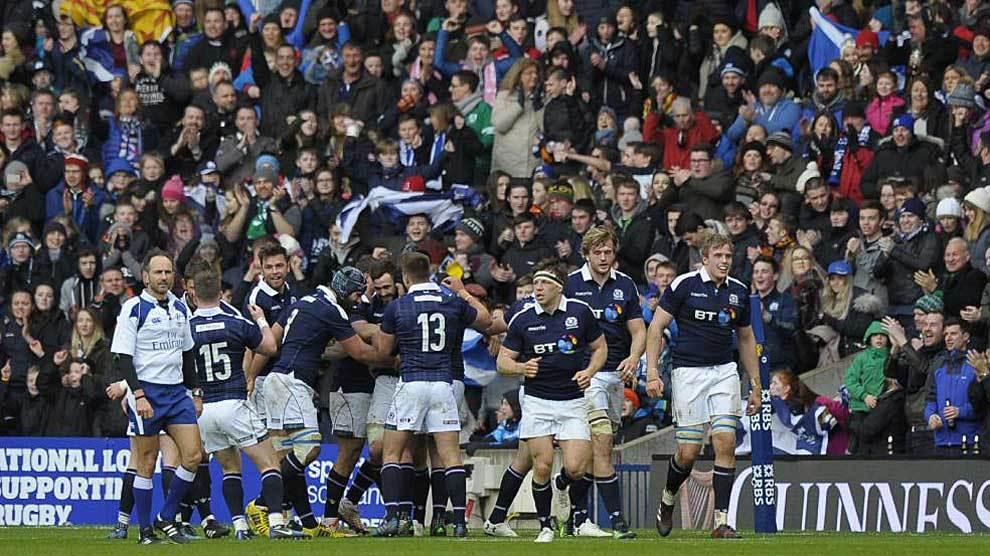 Los jugadores escoceses celebran el ensayo de Alex Dunbar, el tercero...