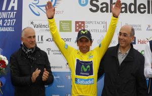 Nairo Quintana con el maillot amarillo de la Vuelta a Valencia.