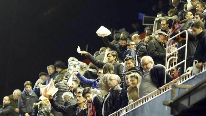 Aficionados del Valencia sacan los pañuelos en la grada