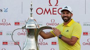 Sergio García posando con el trofeo en el Omega Dubai Desert Classic.