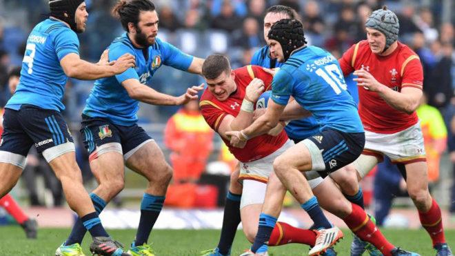 Varios jugadores italianos tratando de parar al galés Scott Williams.