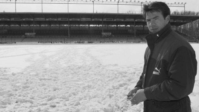 Abel Resino sobre el nevado c�sped de El Plantio antes de que se...