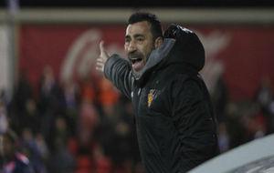 Raúl Agné da instrucciones a sus futbolistas en Huesca.