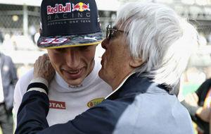 Bernie Ecclestone susurra algo al oído a la nueva estrella Max...