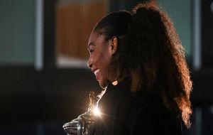 Serena Williams posa con el trofeo de campeona del Open de Australia.