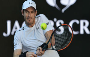 Andy Murray devuelve la bola durante un encuentro