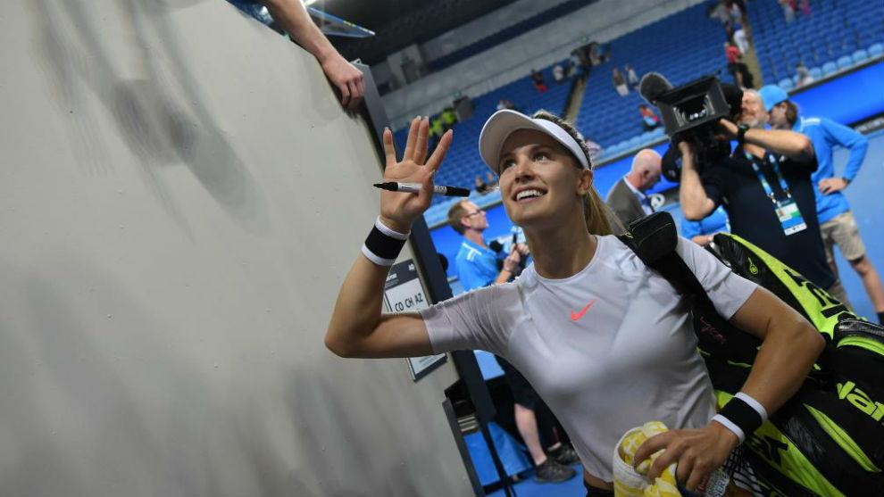 Eugenie Bouchard saluda al público durante el Open de Australia.
