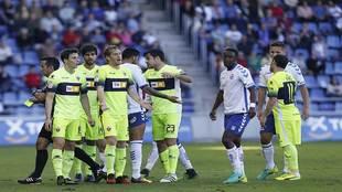 Varios futbolistas del Elche se lamentan durante el partido contra el...