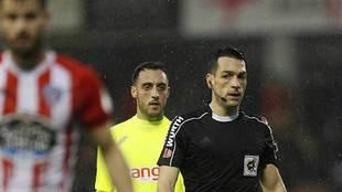 Aguza, detrás del colegiado Prieto Iglesias, durante el partido de su...