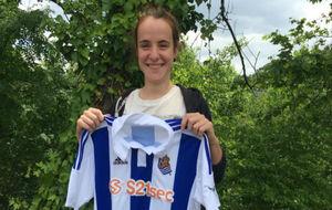Ane Etxezarreta posa con la camiseta de la Real Sociedad.