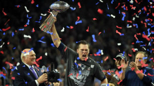 Tom Brady levanta el t�tulo del Super Bowl.