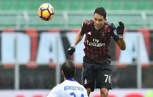 Bacca cabecea el balón en el choque ante la Sampdoria.