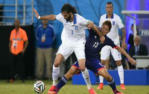 Samaras pelea un balón en un partido con Grecia.