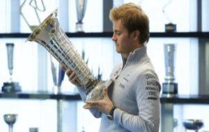 Nico Rosberg contempla el trofeo de su t�tulo mundial en Brackley.