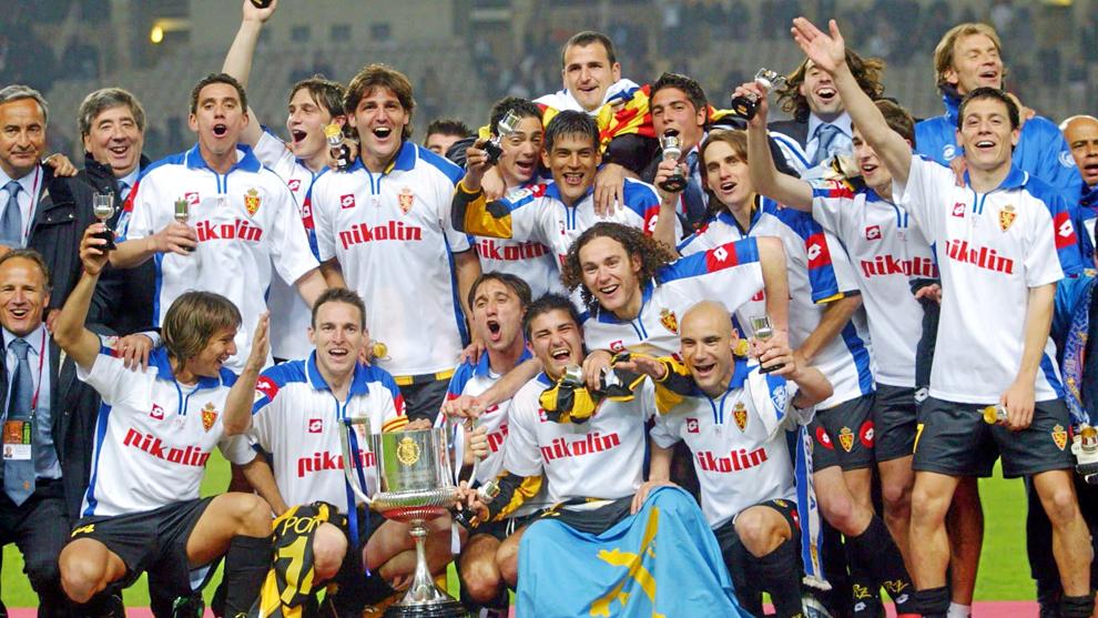 Los jugadores del Zaragoza celebrando la Copa del Rey 2004