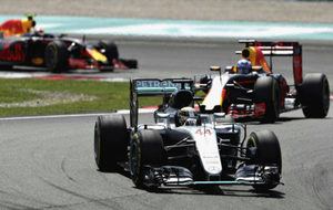 Lewis Hamilton y Daniel Ricciardo, durante un GP de la pasada...