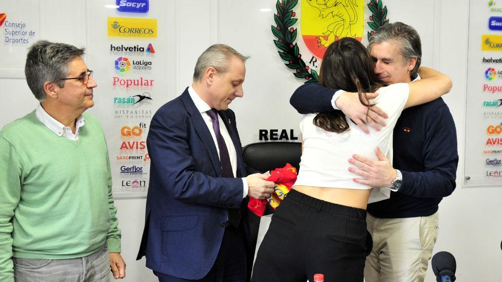 Dueñas se abraza con la exjugadora Eli Pinedo en presencia de...