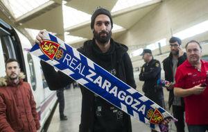 Samaras posa con una bufanda del Zaragoza en la estación Delicias.