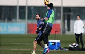 Morata golpea de cabeza el balón bajo la mirada de Carvajal
