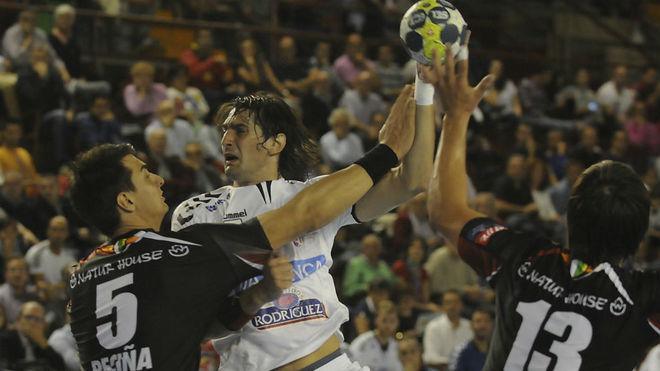 Vieyra choca contra Peciña y Luisfe en el partido de la primera...