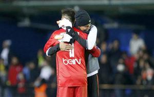 Diego Alves es felicitado por Aderlan Santos.