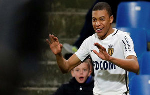 Mbappe celebra uno de sus goles.