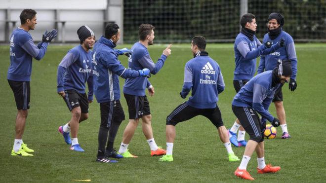 Los jugadores del Real Madrid, durante un entrenamiento de la presente...