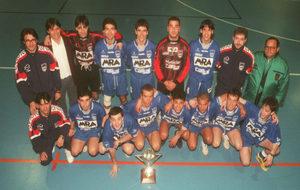 La plantilla del MRA Carsal posa con la Copa de División de Plata...