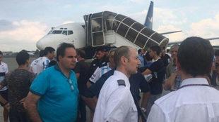 La plantilla del Atlético Tucumán, en la pista del aeropuerto de...