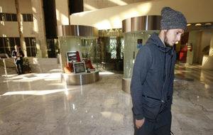 Zozulya, pensativo en el hotel donde se reunió ayer con sus agentes