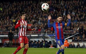 Messi y Savic disputan un balón