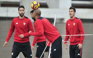 N'Zonzi juega con un bal�n en un entrenamiento del Sevilla.