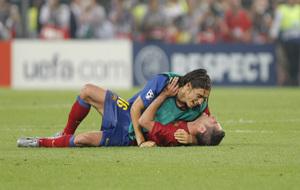 Cáceres abraza a Sylvinho tras ganar la Champions de 2009.