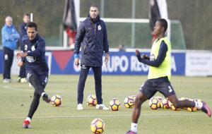 El técnico entrenando al grupo.
