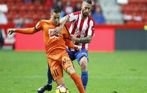 Rubén Peña conduce un balón bajo la presencia de Lillo