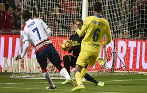 Adrián Ramos dispara ante Javi Varas en el encuentro entre Granada y...